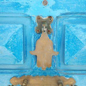 hand van fatima op blauwe deur